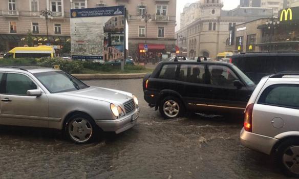Мощный ливень затопил первые этажи зданий вТбилиси