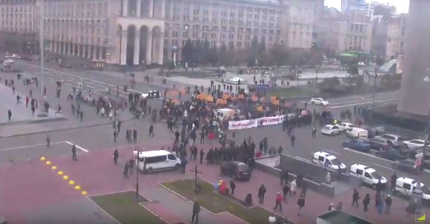 Митингующие вкладчики банка разблокировали движение поКрещатику вКиеве