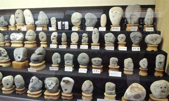 Вмузее Японии собрали тысячи камней, подобных начеловеческие лица