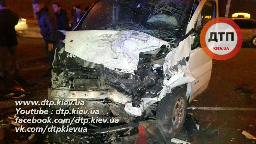 Жуткое ДТП вКиеве: БМВ влетел вмикроавтобус, есть жертва ипострадавшие