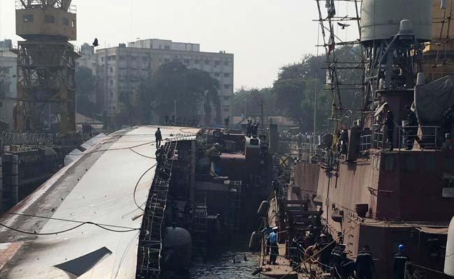 Впорту Мумбаи при выходе издока опрокинулся фрегат индийских ВМС