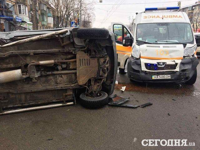 ВКиеве набульваре Перова столкнулись вседорожный автомобиль и«скорая»: один человек травмирован