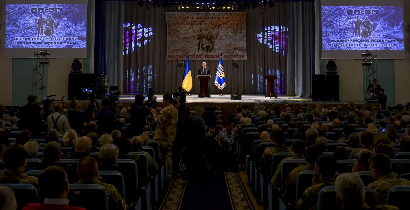 Порошенко наградил 63 участников Революции достоинства
