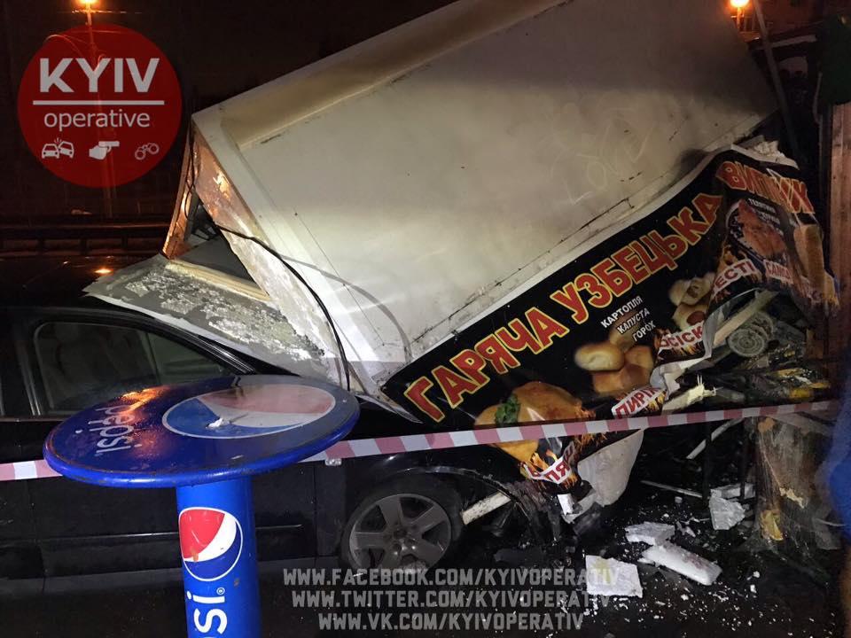 ВКиеве авто снесло три киоска сшаурмой