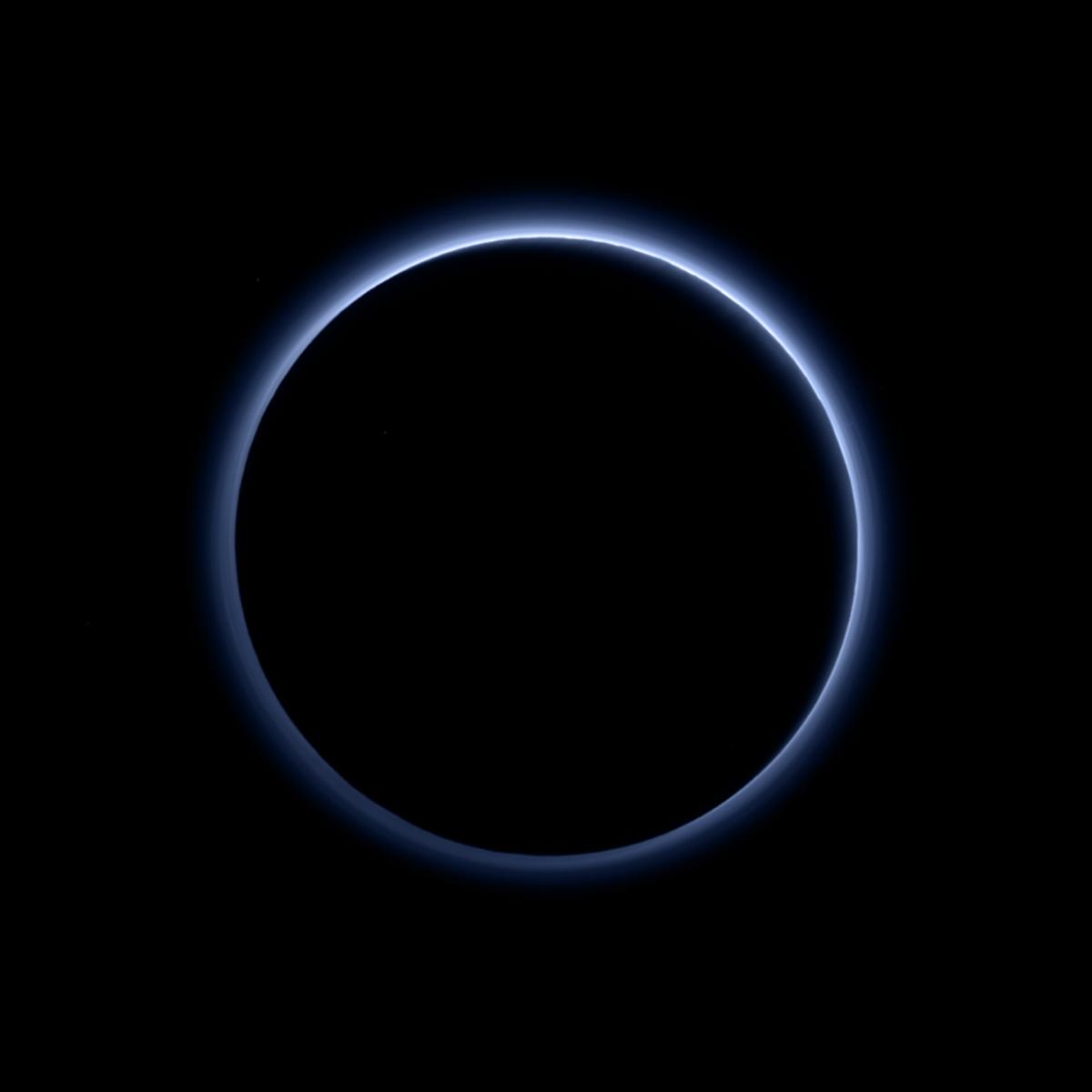Астрономы обнаружили голубую дымку вокруг Плутона