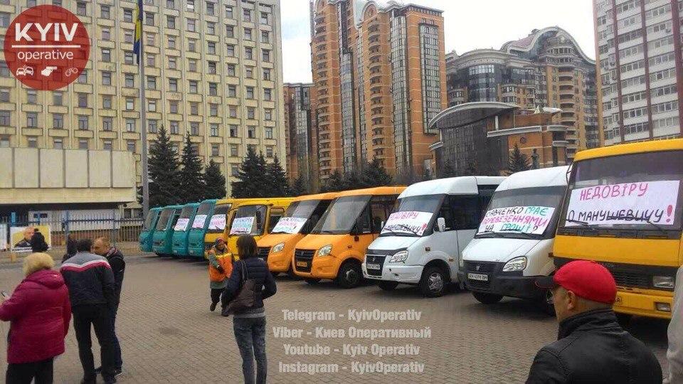 Десятки маршруток заблокировали Киевскую ОГА: Водители готовятся жечь шины