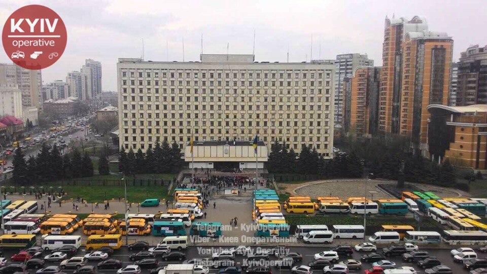 70 маршруток «выбивают» деньги запроезд около Киевской ОГА