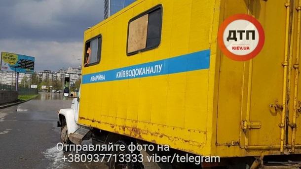 Движение наул.Борщаговской вКиеве затруднено из-за подтопления