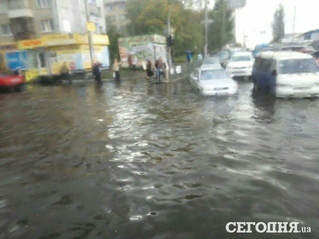 Киевляне вынуждены лазить по забору и ходить босиком из-за потопа