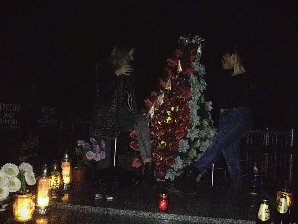 Под Львовом старшеклассницы устроили пьянку итанцы накладбище