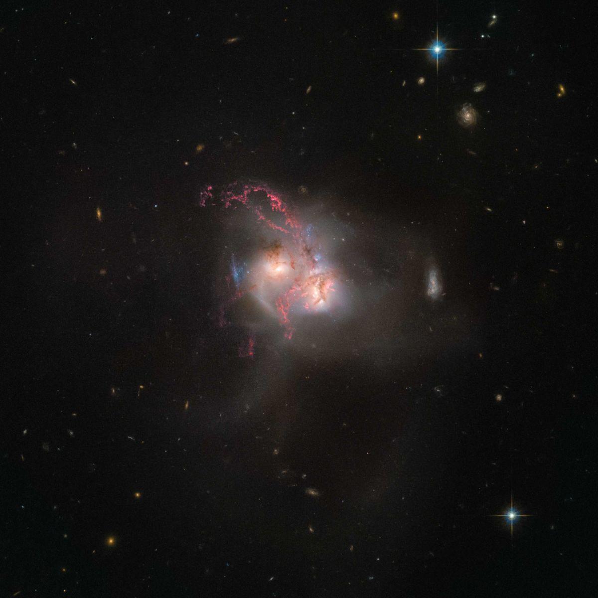 Телескоп Hubble сделал фотографии 2-х галактик, которые сливаются водну
