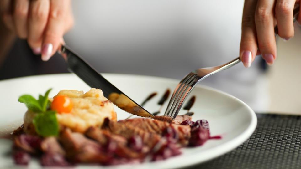 Почему категорически нельзя есть с ножа: приметы и суеверия. Новости Днепра