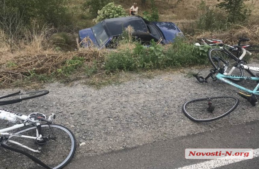 Под Николаевом авто въехало в группу детей-велосипедистов