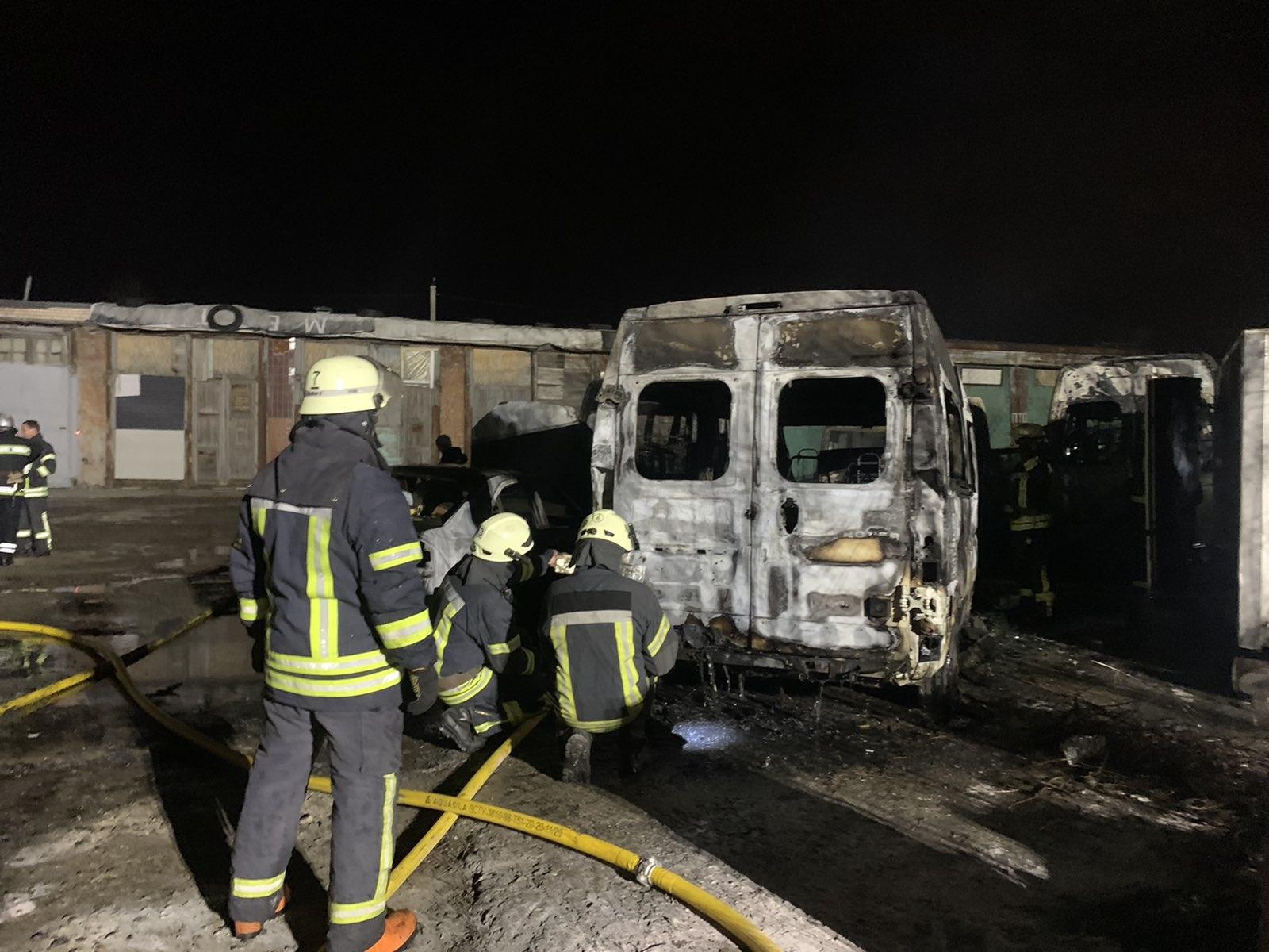 В результате пожара сгорели четыре микроавтобуса