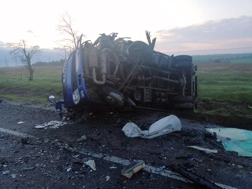 Под Николаевом микроавтобус с гробами протаранил почтовый фургон