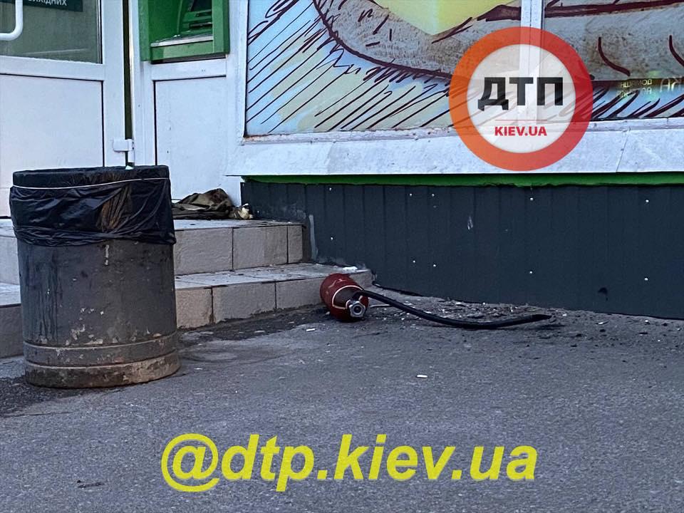 В Киеве взорвали банкомат и украли деньги, злоумышленников задержали