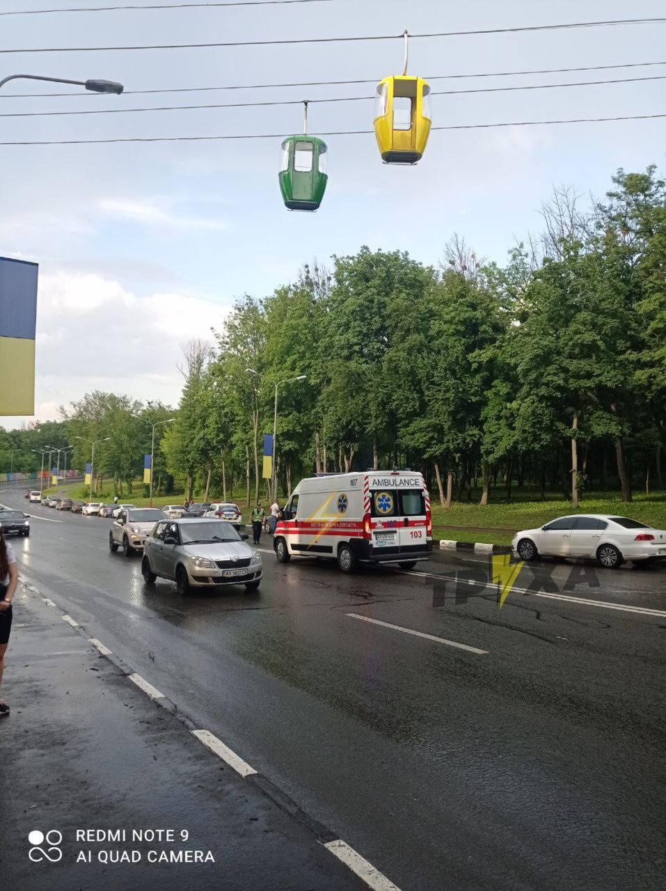 В Харькове парень выпал из кабины канатной дороги и попал под машину