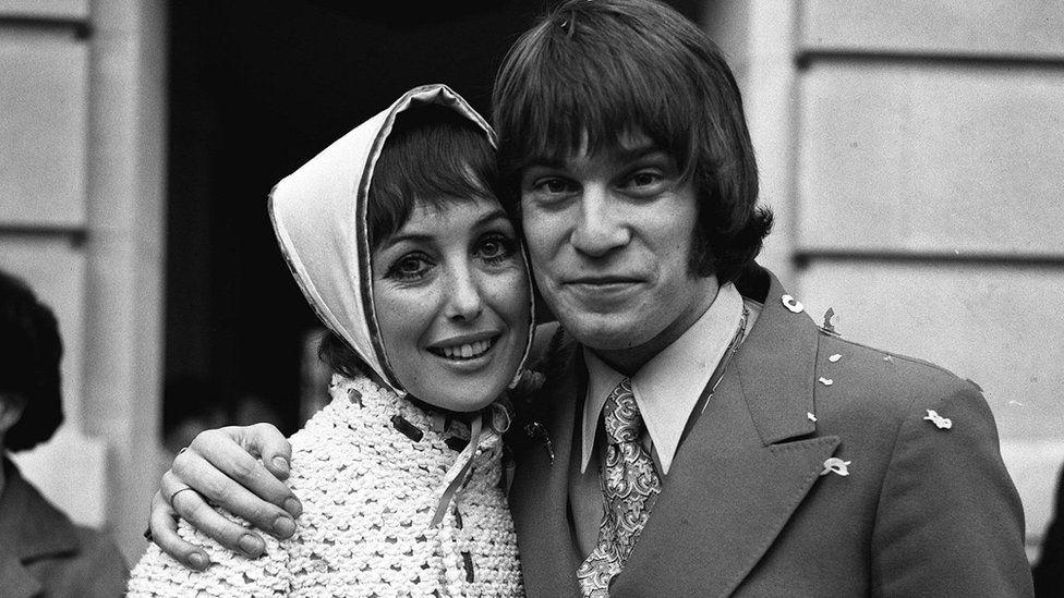 Уна Стаббс и Ники Хенсон сразу после свадьбы в 1969 году