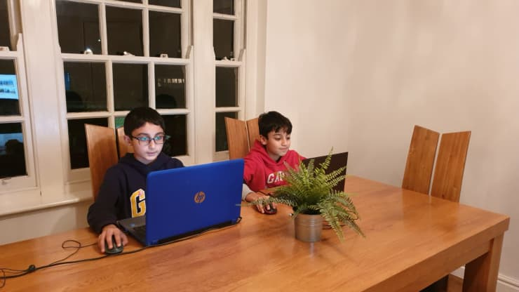 Беньямин Ахмед (слева), 12 лет, со своим братом Юсуфом Ахмедом (справа), 13 лет