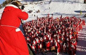 Санта-Клаусы - лыжники