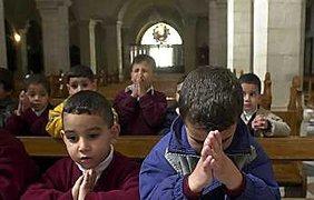 Палестинские дети в католической церкви