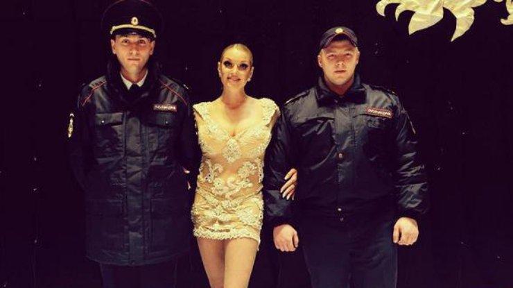 «Широка матушка»: Анастасия Волочкова расплылась важурном мини-платье