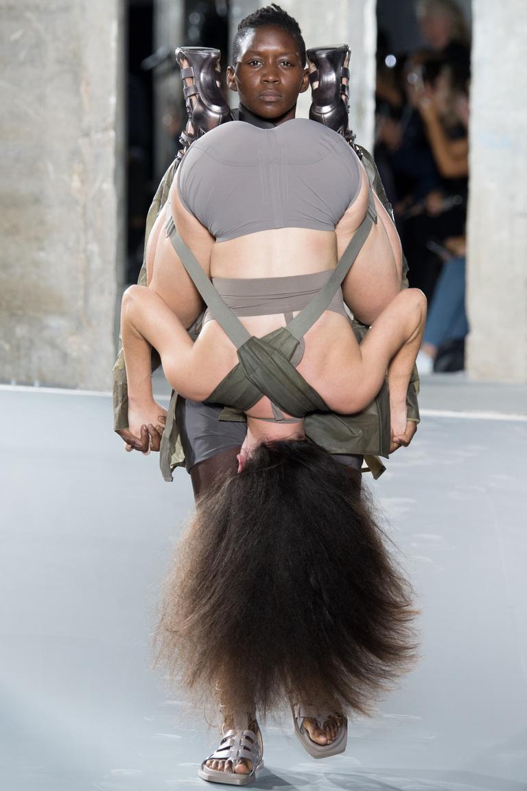При показе моды оголилась грудь видео фото 604-473