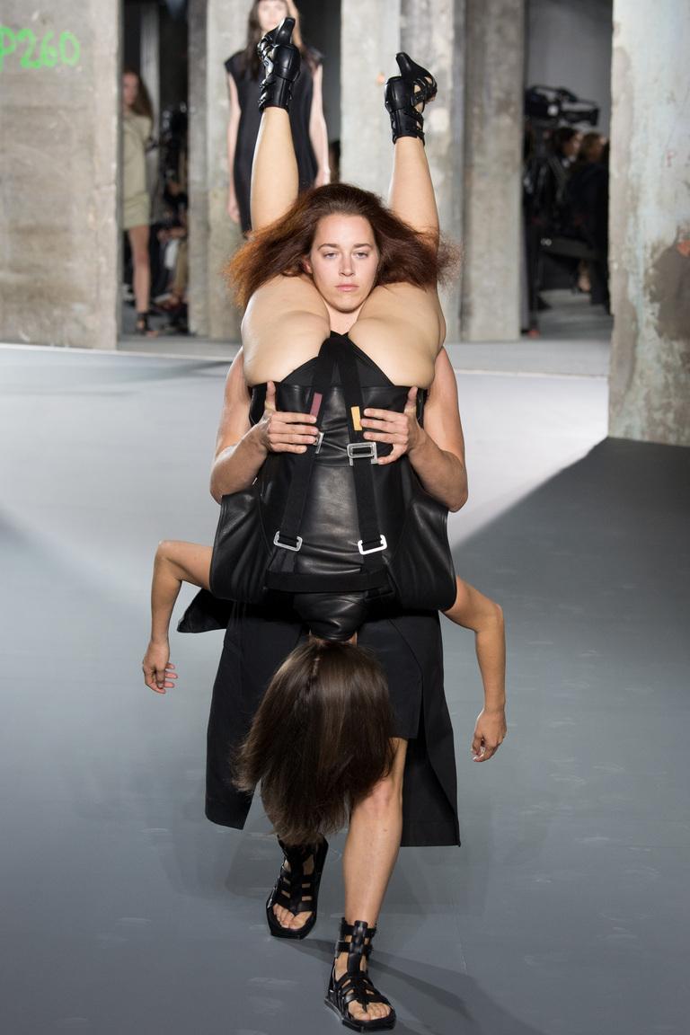 При показе моды оголилась грудь видео фото 604-525