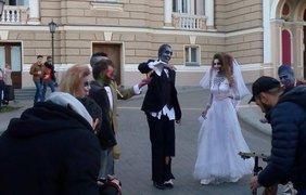 Пара зомби прогулялась по улицам Одессы. Фото segodnya.ua