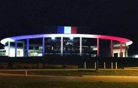 Известные сооружения окрасили в цвет флага Франции