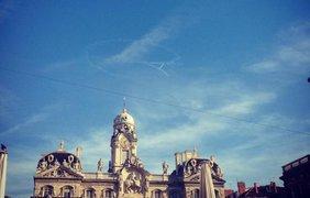 В небе над Францией появилась Эйфелевая башня. Фото соцсети