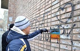 В Луганске пытаются бороться с украинскими граффити