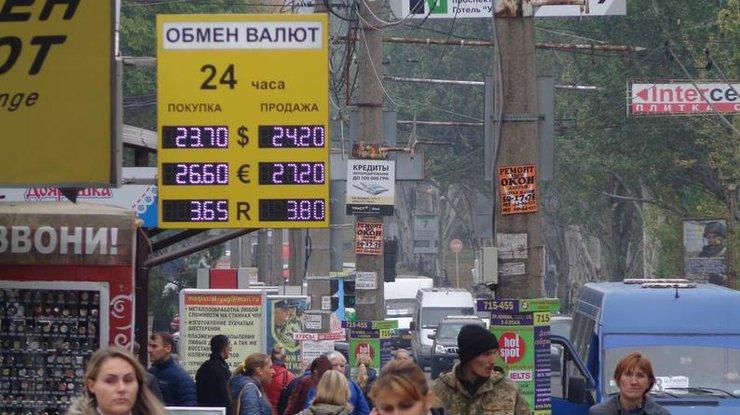 Нацбанк продает валюту для спасения падающей гривны