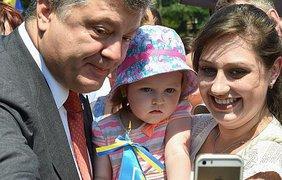 Петр Порошенко так же в этом году фотографировался со всеми желающими,