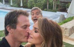Джордж Клуни вклинился в кадр в момент нежности между моделью Синди Кроуфорд и её мужем Рандом Джербером 23 августа