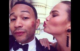 Модель Крисси Тейген целует своего мужа, певца Джона Ледженда, 6 июля