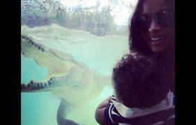 Певица Сиара возле аквариума с крокодилом в Австралии, 24 февраля