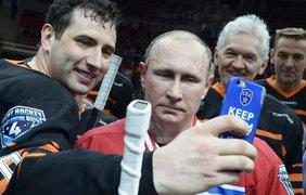 Вице-президент по маркетингу петербургского хоккейного клуба СКА Роман Ротенберг делает селфи с президентом Владимиром Путиным после матча с его участием в Сочи, 16 мая