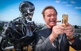 """Арнольд Шварценеггер делает селфи с роботом """"Терминатор"""" во время поездки в Париж в рамках промо-кампании последнего фильма франшизы, 19 июня"""