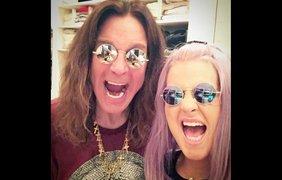 Певица Келли Осборн со своим отцом, легендарным рокером Оззи Осборном. Селфи появилось в Инстаграме под хэштегом #twins (близнецы)