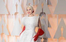Леди Гага пришла в странных перчатках. Фото metro.co.uk