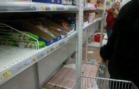 Люди опустошили полки супермаркетов. Фото Mig.news
