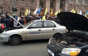 Автомобили перекрыли дорогу на Крещатике. Фото unn.com.ua