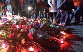 Люди несли цветы и свечи на Майдан до позднего вечера. Фото Эльвина Сеитбуллаева