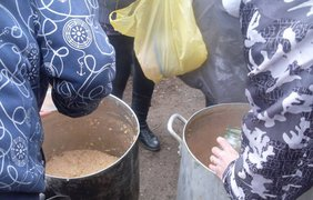 очередь за едой в Луганске. Фото facebook.com/valentina.velichko