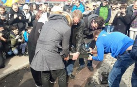 Активисты ставят надгробие