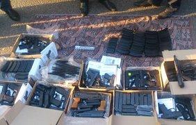 Во время осмотра правоохранители обнаружили 12 коробок с оружием.