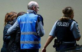 Встревоженные родственники и друзья пассажиров стекаются в аэропорт Дюссельдорфа. фото - Reuters