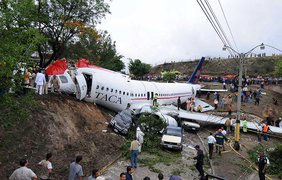 Фото: В 2008 году в Сальвадоре А320 компании TACA похоронил под собой двух прохожих, находившихся на земле. фото - www.pprune.org