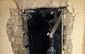 Из-за взрыва помещение сильно повреждено
